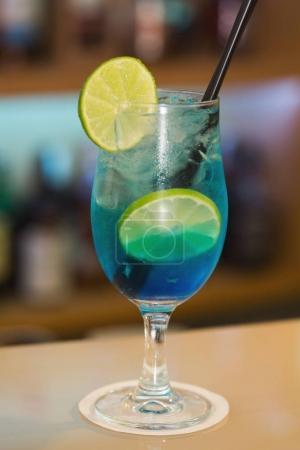 Photo pour Les boissons cocktails debout sur le bar comptoir - image libre de droit