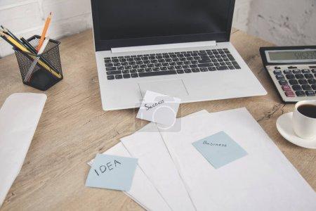 Photo pour Ordinateur sur le fond de bureau en bois de travail - image libre de droit
