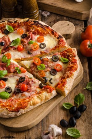 Photo pour Pizza rustique avec tomate, fromage, repas rapide simple salami - image libre de droit