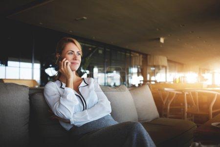 Photo pour Jeune femme PDG téléphone via téléphone portable pendant la pause de travail dans le café - image libre de droit