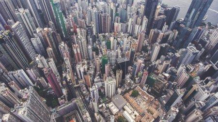 Photo pour Vue de dessus photo aérienne du drone volant de la ville chinoise développée avec de grands gratte-ciel et une infrastructure de transport avancée.Bâtiments de bureaux dans le quartier des affaires de Hong Kong. Contexte du site Web . - image libre de droit