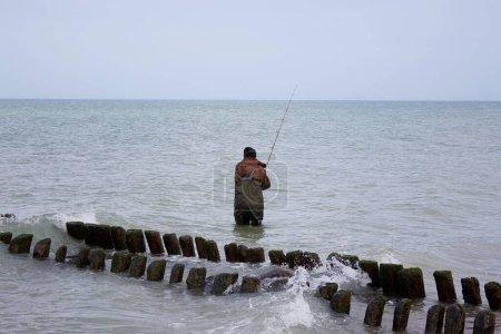 Photo pour Pêcheur Sur Baltique Mer Courlande Spit - image libre de droit