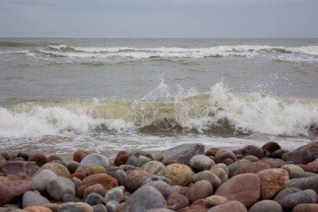 Photo pour Belle vague d'éclaboussures de flèche couronnes paysage sur la mer Baltique - image libre de droit