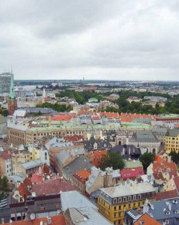 Photo pour Riga, Lettonie - 24 juin 2010 : Voir une partie de la ville de Riga du haut. Toits colorés . - image libre de droit