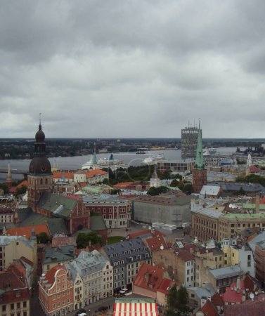 Photo pour Riga, Lettonie - 24 juin 2010 : Voir une partie de la ville de Riga du haut. Rivière et toits colorés . - image libre de droit