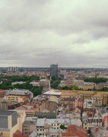 Photo pour Riga, Lettonie - 24 juin 2010 : Voir une partie de la ville de Riga du haut.Bâtiment haut et toits colorés . - image libre de droit