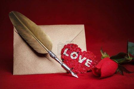 Liebesbriefumschlag und Federkiel
