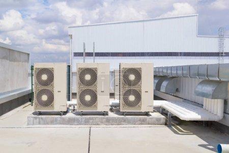 Photo pour Compresseur d'air sur le toit de l'usine avec fond bleu ciel . - image libre de droit
