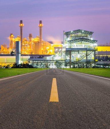 Photo pour Centrale électrique et facteur crépusculaire . - image libre de droit
