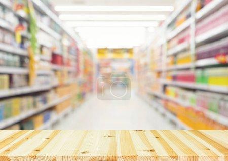 Photo pour Photo floue de produits sur étagère pour faire du shopping fond. - image libre de droit