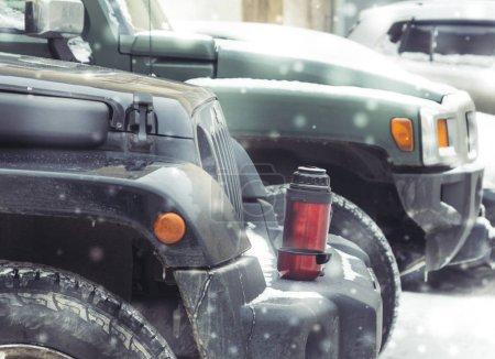 Photo pour Saint-Pétersbourg, Russie - 8 janvier 2017, marteau H3 et Jeep Wrangler Jk devant les tribunaux de Saint-Pétersbourg, le Hummer H3 est un Suv compact produit par Gm - image libre de droit