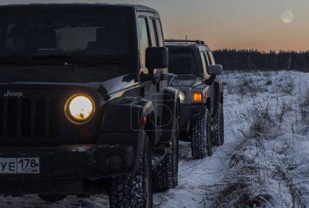 Photo pour La rivière Tosno, oblast de Leningrad, Russie - 7 janvier 2017, marteau H3 et Jeep Wrangler Jk sur la rive du fleuve, le Hummer H3 est un Suv compact produit par Gm - image libre de droit