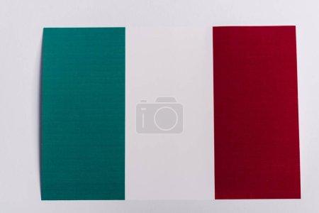 Ansicht der italienischen Flagge auf weißem Hintergrund, Coronavirus-Konzept