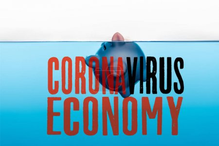Photo pour Tirelire allant sous l'eau bleue isolé sur blanc, coronavirus illustration de l'économie - image libre de droit