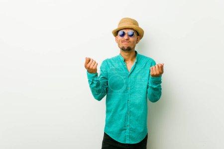 Foto de Hombre hispano joven vestida de ropa de verano que demuestra que no tiene dinero.. - Imagen libre de derechos