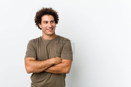 Photo pour Mature bel homme isolé souriant confiant avec les bras croisés . - image libre de droit