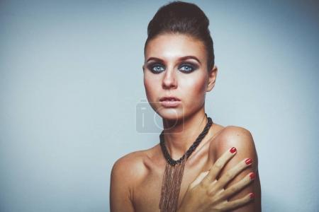 Photo pour Portrait d'une belle femme avec collier, isolé sur fond blanc. Portrait d'une belle femme - image libre de droit