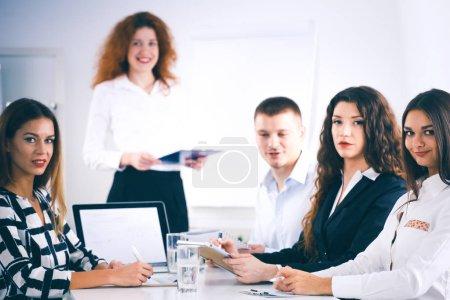 Photo pour Des gens d'affaires assis et discutant lors d'une réunion d'affaires, au bureau. Hommes d'affaires . - image libre de droit