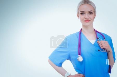 Photo pour Portrait de femme médecin debout sur fond blanc isolé. Femme médecin - image libre de droit