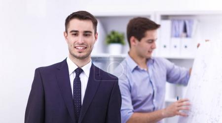 Foto de Empresarios sentarse y discutir en la reunión de negocios, en la oficina - Imagen libre de derechos