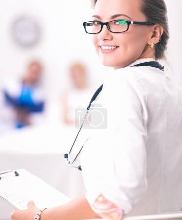 Photo pour Portrait de femme médecin debout à l'hôpital - image libre de droit