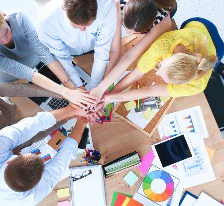 Foto de Equipo de negocios con las manos juntas - conceptos de trabajo en equipo. - Imagen libre de derechos