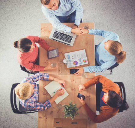 Foto de Gente de negocios sentada y discutiendo en la reunión de negocios, en la oficina. - Imagen libre de derechos