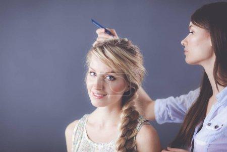 Photo pour Jeune femme coiffeur faire coiffure fille dans salon  . - image libre de droit