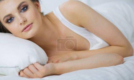 Foto de Joven hermosa mujer acostada en la cama - Imagen libre de derechos