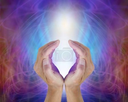 Photo pour Femelle concave mains sentant l'énergie précieuse de tout ce qui est, une lumière blanche éclatante, entouré d'un champ d'énergie électrique de bleu et magenta - image libre de droit