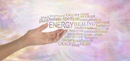 Photo pour Energy Healing mot Tag Cloud - main femme lorgnant vers le mot énergie entouré d'un nuage de Tags mot pertinentes sur féminin fluide énergétique formation fond rose - image libre de droit
