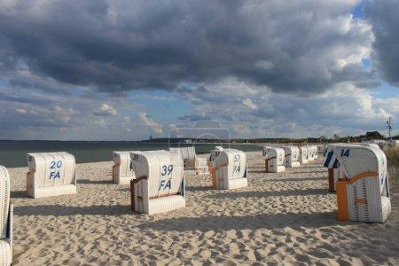 Photo pour Journée ensoleillée parfaite sur la plage entre le strandkorb - image libre de droit