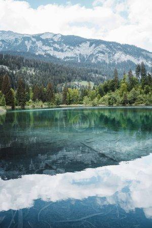 Photo pour Lac Crestasee clair de cristal au milieu des bois - image libre de droit