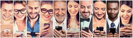 Photo pour Des gens heureux utilisant un téléphone intelligent mobile - image libre de droit