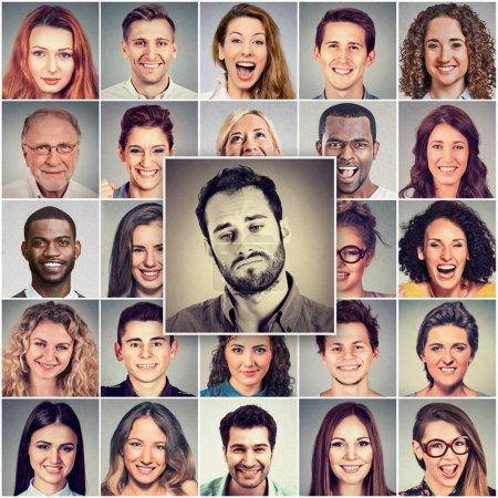 Photo pour Triste homme parmi un groupe de gens heureux - image libre de droit