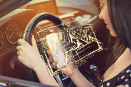 Recherche de la bonne destination. Femme utilisant un téléphone mobile pour trouver des directions tout en conduisant une voiture