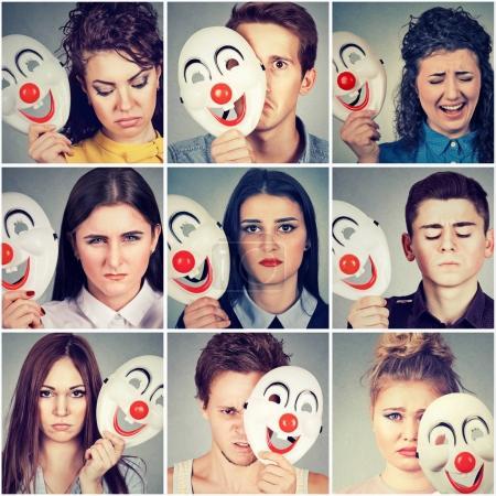 Grupo de gente triste enojada escondiendo emociones reales detrás de la máscara de payaso