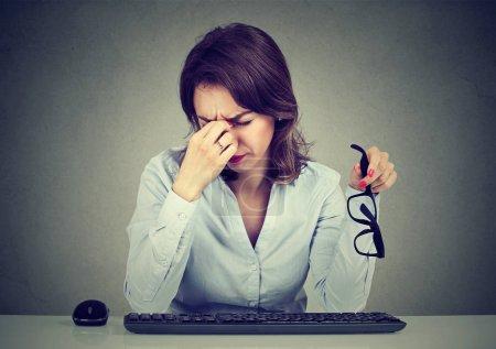 Photo pour Femme à lunettes, souffrant de fatigue oculaire après de longues heures de travail sur ordinateur - image libre de droit