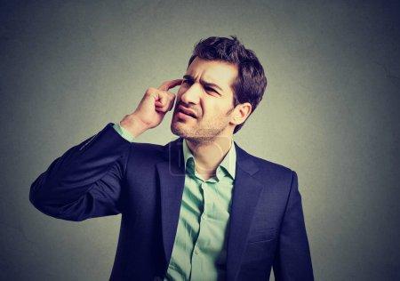 Foto de Hombre de negocios confuso pensando en rascarse la cabeza - Imagen libre de derechos