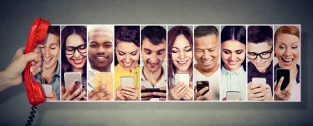 Photo pour Communication par téléphone. Des gens heureux utilisant un téléphone intelligent mobile - image libre de droit