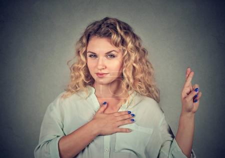 Photo pour Une menteuse qui fait une promesse - image libre de droit