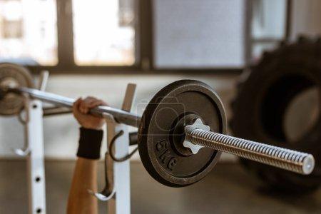 Photo pour Vue recadrée de la main féminine avec haltère dans la salle de gym - image libre de droit