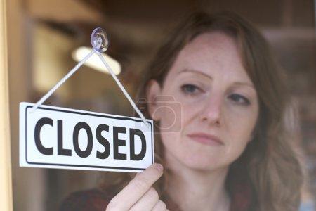 Photo pour Fermeture de la porte du magasin par le propriétaire Connexion - image libre de droit