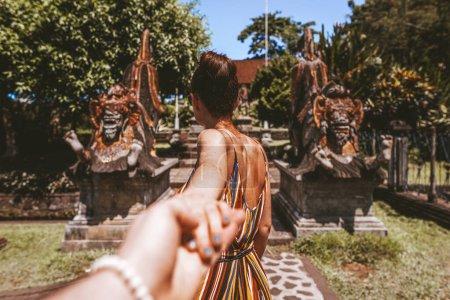 Photo pour L'homme suit une femme dans un ancien temple de la jungle - image libre de droit