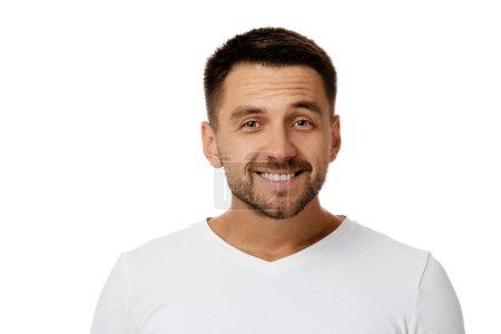 Photo pour Gros plan portrait d'un bel homme barbu souriant en chemise blanche regardant la caméra isolée sur fond blanc - image libre de droit