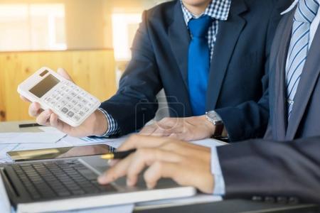 Photo pour Administrateur homme d'affaires inspecteur financier et secrétaire faire rapport, calculer ou vérifier l'équilibre. Inspecteur interne du fisc vérifiant le document. Concept d'audit . - image libre de droit