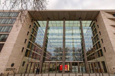 Photo pour Berlin / Allemagne - 10 mars 2017 : Base de Berlin Colonne de la victoire décorée de peintures à Berlin, Allemagne - image libre de droit