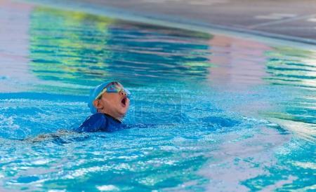 Photo pour Image de asiatique garçon à piscine . - image libre de droit