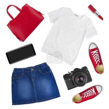 Photo pour Collage de vêtements et accessoires de voyage féminins isolés sur fond blanc - image libre de droit