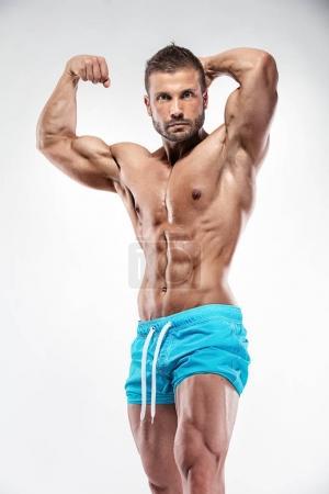 Photo pour Bodybuilder homme montrant le corps musculaire sur fond blanc - image libre de droit